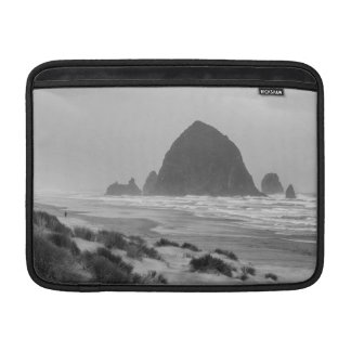 Heuschober-Felsen am Kanonen-Strand MacBook Air Sleeve