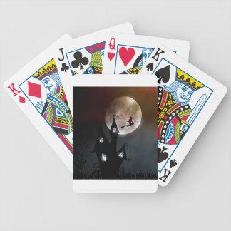 Hexe auf dem Besen, der über Ihr Haus fliegt Bicycle Spielkarten