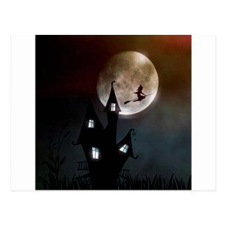 Hexe auf dem Besen, der über Ihr Haus fliegt Postkarte