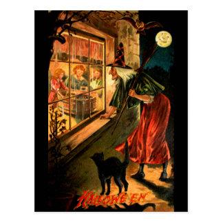 Hexe, die durch Fenster schaut Postkarte