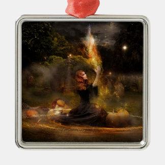 Hexe führt magischen Kreis-Zauber durch Silbernes Ornament