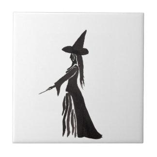 Hexe mit einem magischen Stab Fliese