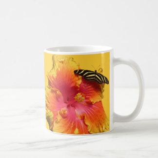 Hibiskus mit Zebra Longwing Schmetterling Kaffeetasse