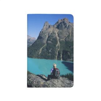 Hiker übersehender Türkis-farbiger See Taschennotizbuch