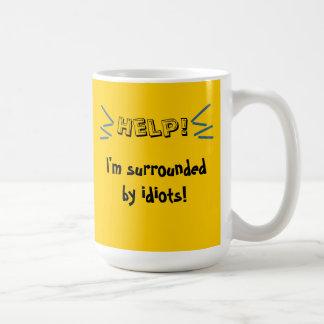 Hilfe! Ich werde von den Idioten umgeben! Kaffeetasse