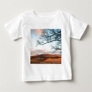 Himmel-Hochland-Baum Baby T-shirt
