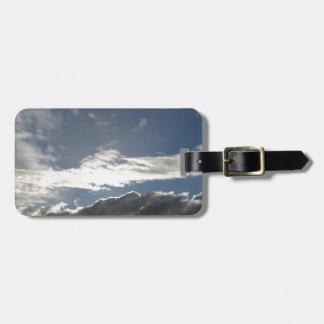 Himmel mit Riesen Cumulonimbuswolken und -sonne Gepäckanhänger
