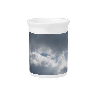 Himmel mit Riesen Cumulonimbuswolken und -sonne Krug