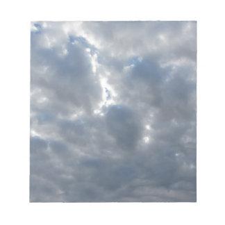 Himmel mit Riesen Cumulonimbuswolken und -sonne Notizblock