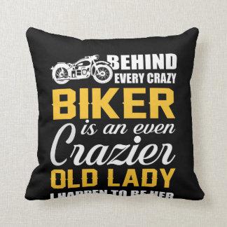 Hinter verrücktem Radfahrer ist verrücktere alte Kissen