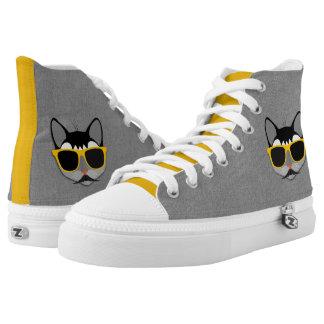 Hipster-Katze in Grauem und in Gelbem mit Hoch-geschnittene Sneaker