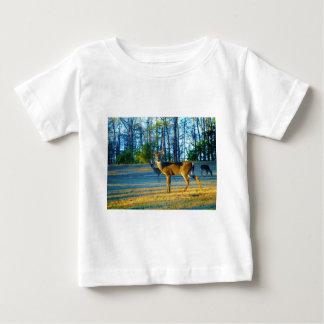 Hirsch-/Dollar-Rotwild, heller blauer Himmel Baby T-shirt