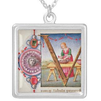 """Historiated Initiale """"V"""" darstellend Halskette Mit Quadratischem Anhänger"""