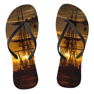 Hoch-bemastetes Segelschiff am Sonnenuntergang Flip Flops