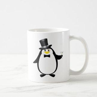 Hoch entwickelter Pinguin mit Martini Kaffeetasse