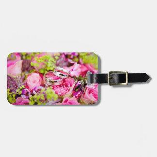Hochzeits-Blumenstrauß mit Ehering-Bändern Kofferanhänger