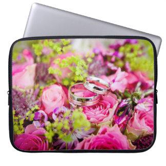 Hochzeits-Blumenstrauß mit Ehering-Bändern Laptopschutzhülle