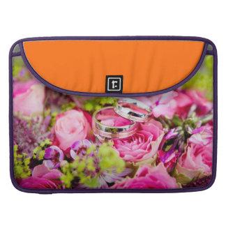 Hochzeits-Blumenstrauß mit Ehering-Bändern Sleeve Für MacBook Pro