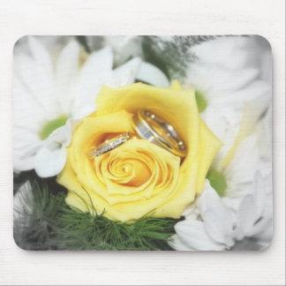 Hochzeitsringe und -Blumen Mauspads