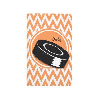 Hockey; Orange und weißes Zickzack Taschennotizbuch