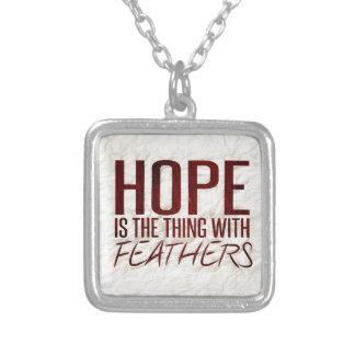 Hoffnung ist die Sache mit Federn Halskette Mit Quadratischem Anhänger