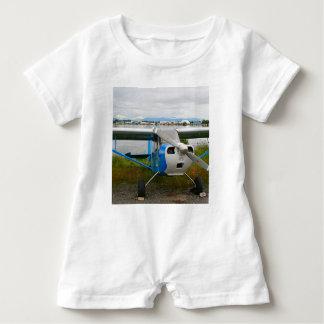 Hohe Flügelflugzeuge, blau u. weiß, Alaska Baby Strampler
