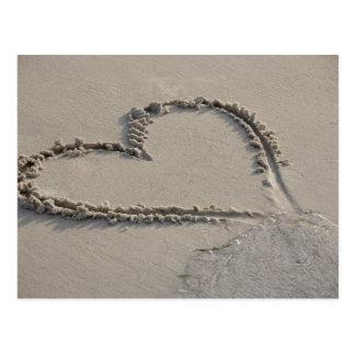 Hohe Winkelsicht einer Herzform auf dem Strand Postkarte