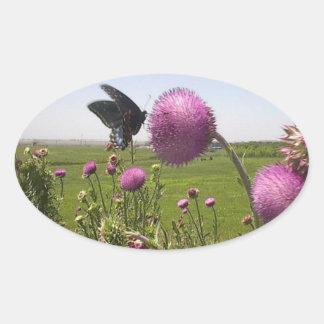 Hoher Gras-Grasland-Schmetterling auf violetter Ovaler Aufkleber