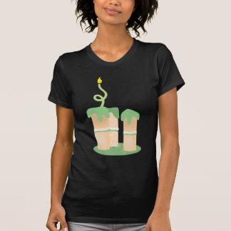 Hoher grüner Geburtstagskuchen T-Shirt