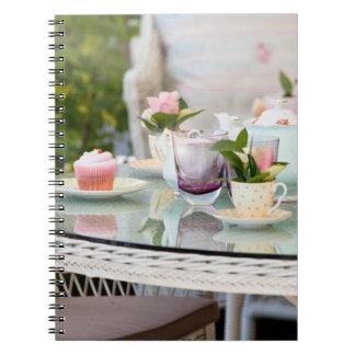 Hoher Tee und Kuchen in einem englischen Garten Notizblock