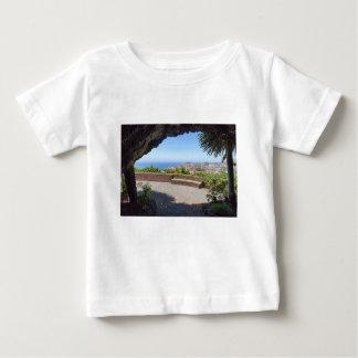 Höhlen Sie Aussicht auf Meer und Dorf auf Madeira Baby T-shirt