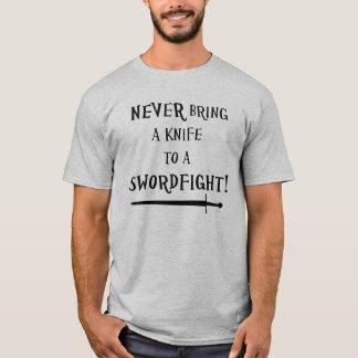 Holen Sie nie ein Messer zu einem swordfight! T-Shirt