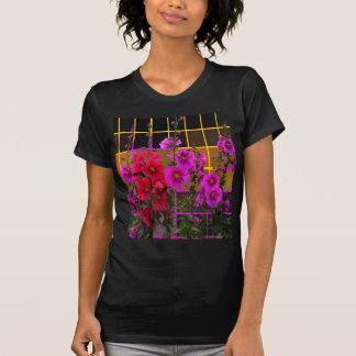 Hollyhock-Gartenumber-gemusterte Geschenke durch T-Shirt