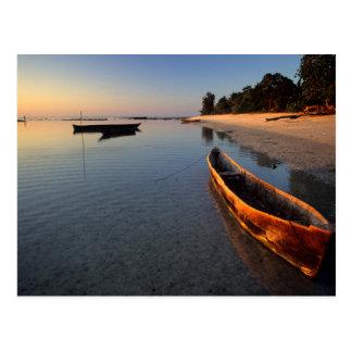 Hölzerne Boote auf Tondooni Strand Postkarte