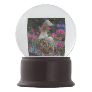 Hölzerne Ente mit Blumen Schneekugel