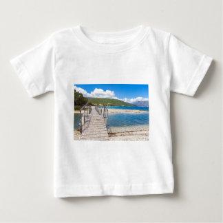 Hölzerne Fußgängerbrücke auf griechischem Strand Baby T-shirt