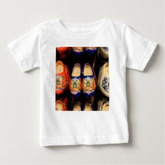 Hölzerne gemalte Klötze, Holland Baby T-shirt