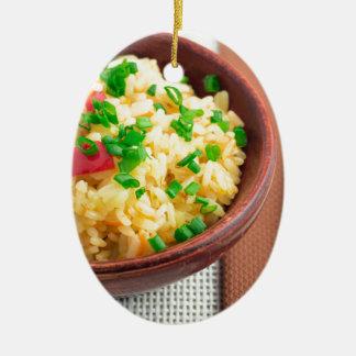 Hölzerne Schüssel gekochter Reis und Gemüse Ovales Keramik Ornament