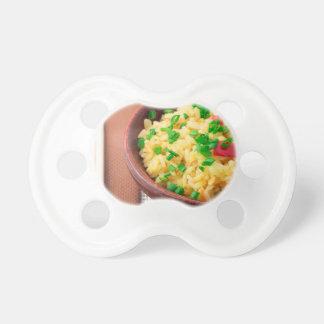 Hölzerne Schüssel gekochter Reis und Gemüse Schnuller