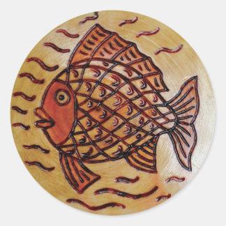 Hölzerner Dekor mit Fischen Runder Aufkleber