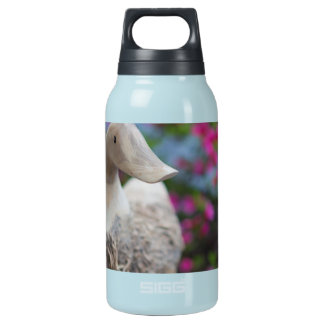 Hölzerner Entenkopf mit Blumen Isolierte Flasche