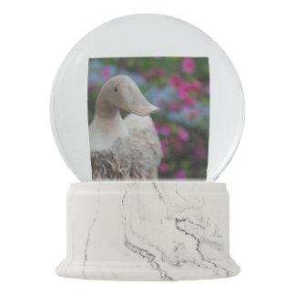 Hölzerner Entenkopf mit Blumen Schneekugel