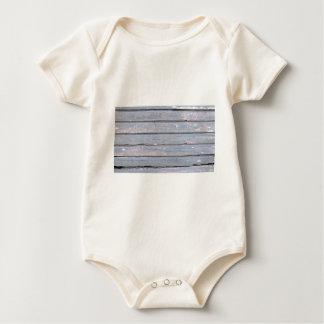 hölzerner Hintergrund Baby Strampler