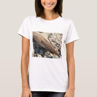 Hölzerner Pfosten mit einer Eisenspitze auf dem T-Shirt