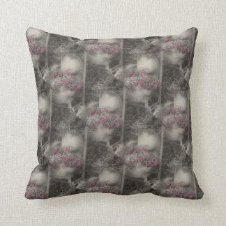 Hölzerner Stuhl mit Blumen-Natur-Muster Kissen