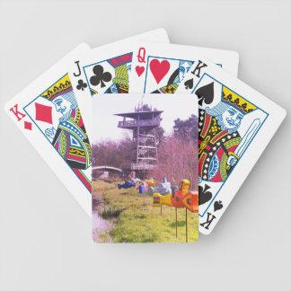 hölzerner Turm des Jugendparks und fliegende Bicycle Spielkarten