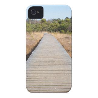 Hölzerner Weg in Gras- und Waldwinter gestalten Case-Mate iPhone 4 Hülle