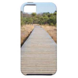 Hölzerner Weg in Gras- und Waldwinter gestalten iPhone 5 Hülle