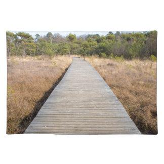 Hölzerner Weg in Gras- und Waldwinter gestalten Tischset