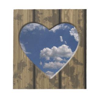 Hölzerner Wolkenentwurf des blauen Himmels des Notizblock